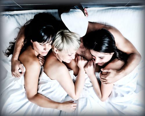 Девушка пригласила подругу и все трое занялись анальным сексом.